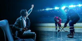 Ung man som spelar ishockeyleken arkivbild
