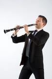 Ung man som spelar klarinetten arkivbilder