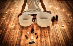 Ung man som spelar kristallbunkar som delen av en meditativ konsert fotografering för bildbyråer