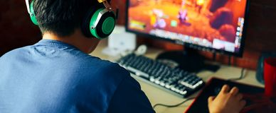 ung man som spelar leken på datoren, baner royaltyfri bild