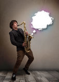 Ung man som spelar på saxofonen med kopieringsutrymme i det vita molnet Fotografering för Bildbyråer