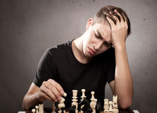 Ung man som spelar schack Royaltyfria Bilder