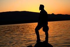 Ung man som står den närliggande sjön i feriemorgon Royaltyfria Foton