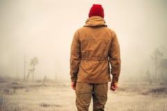 Ung man som står ensamt utomhus- Royaltyfri Bild