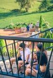 Ung man som stannar till telefonsammanträde på hem- trappa arkivfoton