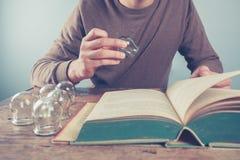 Ung man som studerar kupa terapi Arkivfoto
