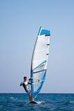 Ung man som surfar winden Royaltyfria Bilder