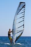 Ung man som surfar winden Royaltyfri Bild