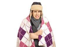 Ung man som täckas med en känslig förkylning för filt royaltyfri foto