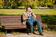 Ung man som talar på telefonen Royaltyfria Bilder