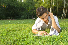 Ung man som talar på telefonen i parken Royaltyfria Foton