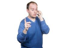 Ung man som talar telefonen Arkivbild
