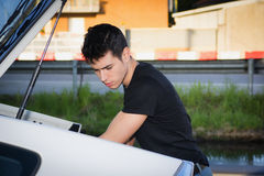 Ung man som tar bagage och påsen ut ur bilstammen Royaltyfria Bilder