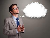 Ung man som tänker om molnanförande eller tankebubbla med snuten Royaltyfri Foto