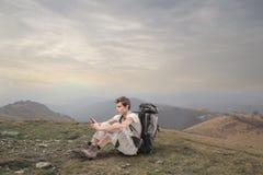 Ung man som trekking i bergen Royaltyfri Fotografi