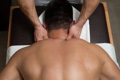 Ung man som tycker om en massage royaltyfri foto