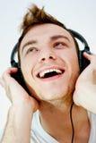 Ung man som tycker om musik Arkivfoto