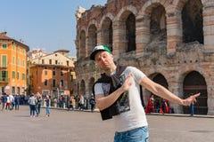 Ung man som undersöker romantiska Verona royaltyfri fotografi