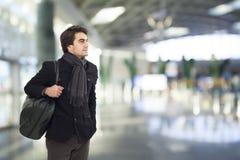 Ung man som väntar i flygplats royaltyfri fotografi