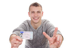 Ung man som visar hans körkort Royaltyfri Fotografi