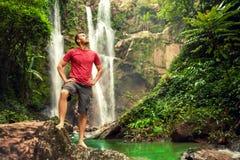 Ung man vid vattenfallet royaltyfria foton