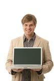 Ung manholdingbärbar dator med den blanka skärmen Arkivbild