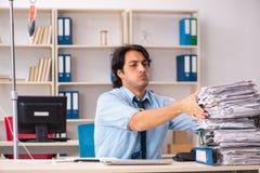 Ung manlig anställd i blodtransfusionbegrepp royaltyfri fotografi