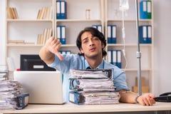Ung manlig anställd i blodtransfusionbegrepp arkivfoton