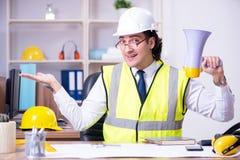 Ung manlig arkitekt som arbetar i kontoret royaltyfria bilder