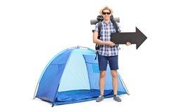 Ung manlig campare som rymmer en pil Arkivfoto