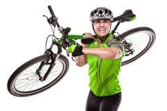 Ung manlig cyklist med hans cykel på loppet Royaltyfria Bilder