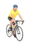 Ung manlig cyklist som ser kameran Royaltyfria Foton