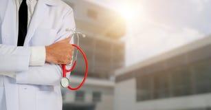 Ung manlig doktor som arbetar p? sjukhuset royaltyfri foto