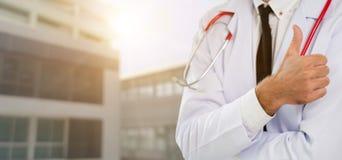 Ung manlig doktor som arbetar p? sjukhuset royaltyfria foton
