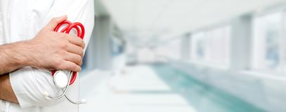 Ung manlig doktor som arbetar p? sjukhuset royaltyfri fotografi