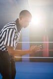 Ung manlig domare som gör en gest i boxningsring Royaltyfri Fotografi