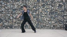 Ung manlig höft-flygtur dansaredans utanför stock video