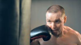 Ung manlig idrottsman nenutbildning i boxningidrottshall arkivfilmer