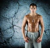 Ung manlig kroppsbyggare med den kala muskulösa torson Arkivfoto