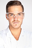 Ung manlig labbassistent med skyddande exponeringsglas royaltyfria bilder