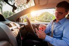 Ung manlig mobiltelefon för bruk för taxichaufför som accepterar kunden i ap royaltyfri fotografi
