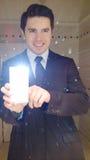 Ung manlig modell i följet som gör ett foto av honom i batroom royaltyfria bilder