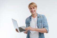 Ung manlig person som uttrycker positivity Arkivfoton