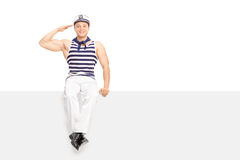 Ung manlig sjöman som saluterar in mot kameran I Royaltyfri Bild