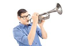 Ung manlig trumpetare som spelar trumpeten som isoleras på vit backg Arkivbilder