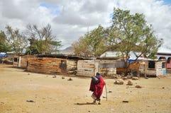 Ung Masai som går till och med savannet Royaltyfri Bild