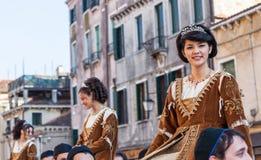 Ung medeltida damtoalett Royaltyfria Bilder
