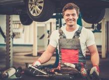 Ung mekaniker i ett bilseminarium arkivfoto