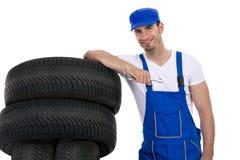 Ung mekaniker med gummihjul och skiftnyckeln arkivfoto