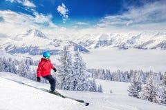 Ung mer skiier i Tyrolian fjällängar, Kitzbuhel skidar semesterorten, Österrike Arkivbild